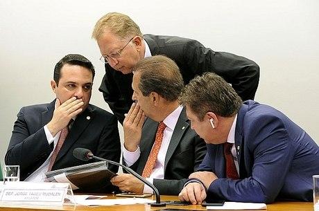 Deputados discutem a PEC 181 em comissão especial na Câmara