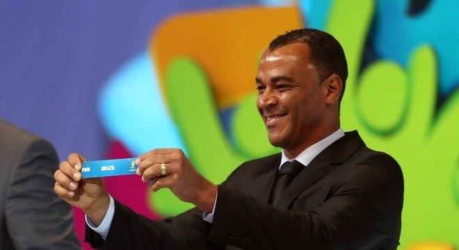 Cafu exibe o nome do Brasil durante o sorteio que definiu os grupos da Copa