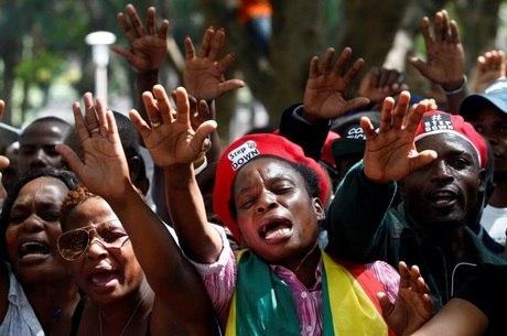 Centenas de pessoas aguardavam o fim do governo de Robert Mugabe