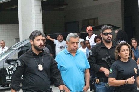 Jorge Picciani (camisa azul) é conduzido por policiais federais