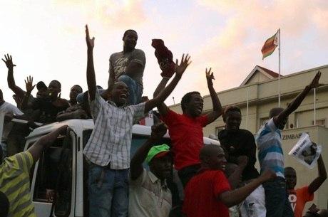 População vibra aliviada com saída o presidente do Zimbábue