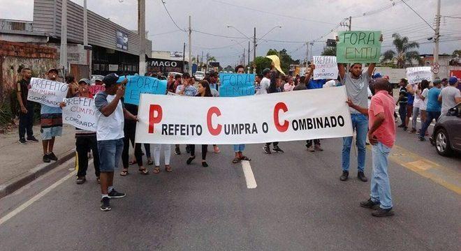 Perueiros seguram faixa com iniciais do PCC em protesto em Suzano