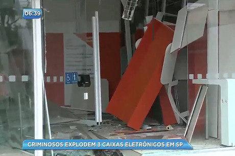 Equipamentos de agência bancária ficaram destruídos