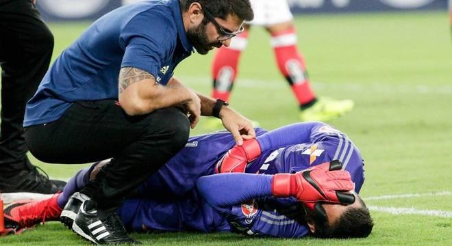 Goleiro Diego Alves lamentou contusão no gramado do Maracanã