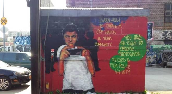 """Grafite nas ruas do Bronx, bairro de Nova York onde há um histórico de violência policial contra negros, estimula jovens a filmar e divulgar as ações das autoridades: """"Aprenda como criar uma vigilância de policiais em sua comunidade. Você tem o direito de observar, fotografar, gravar e filmar a atividade policial"""""""