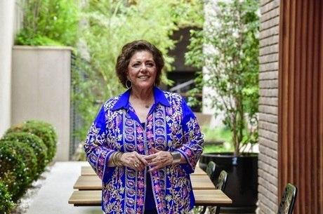 Leda Nagle grava seu programa na casa do filho