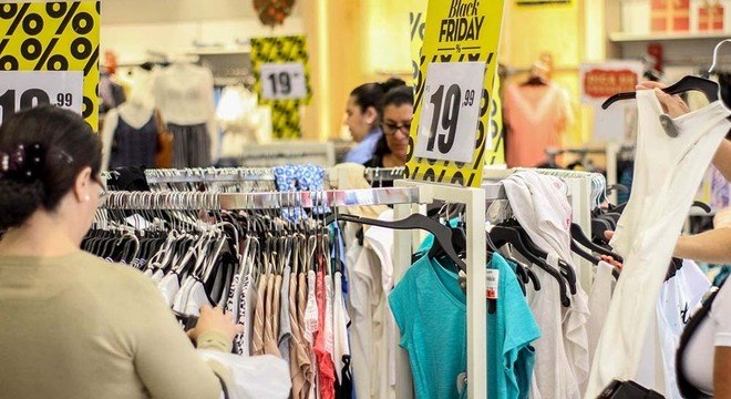 Preço vira a prioridade número 1 para quem compra roupa