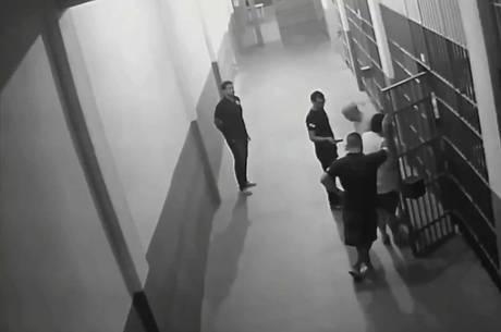 Imagens mostram Garotinho sendo atendido em cela
