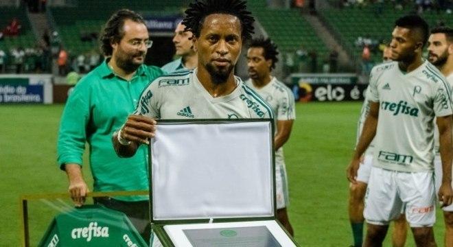 Zé Roberto foi homenageado com uma placa do Palmeiras