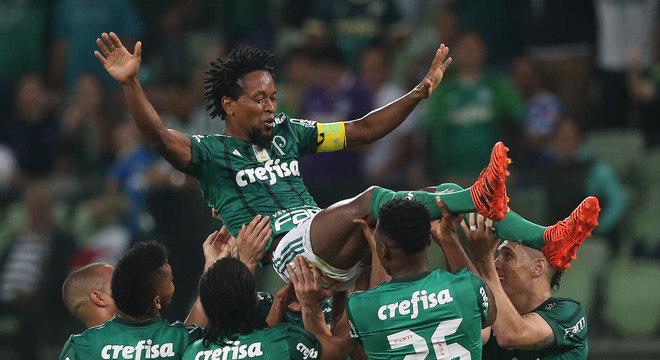Zé Roberto é erguido por companheiros em sua despedida do Palmeiras