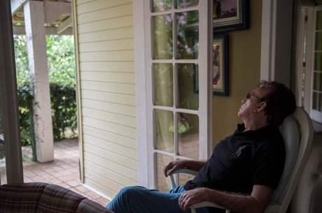 Moacyr aprecia a área verde ao redor de sua casa