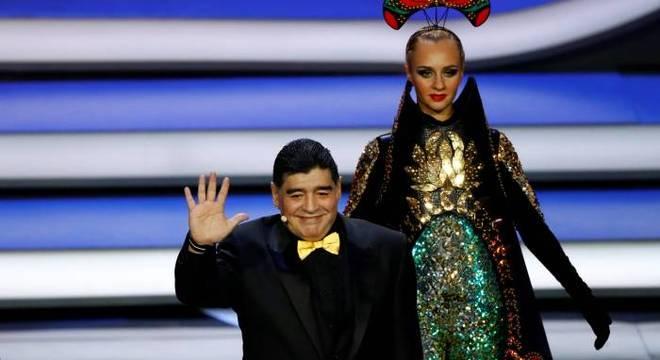 Maradona entra no palco da cerimônia de sorteio dos grupos da Copa 2018