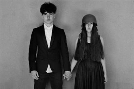 O filho de Bono e a filha do The Edge estão na capa do CD