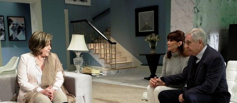 Lia se reúne com o marido Ruben e a filha Susana  para avisar que está com Alzheimer precoce