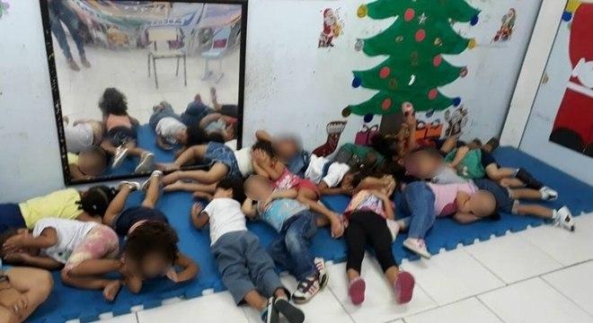 Alunos de creche deitam no chão para se proteger de tiros