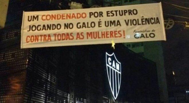 Faixa foi estendida por torcedoras em frente à sede do Atlético Mineiro