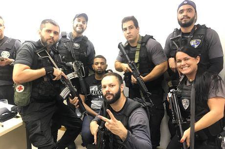 Em foto, policiais aparecem sorrindo e comemorando