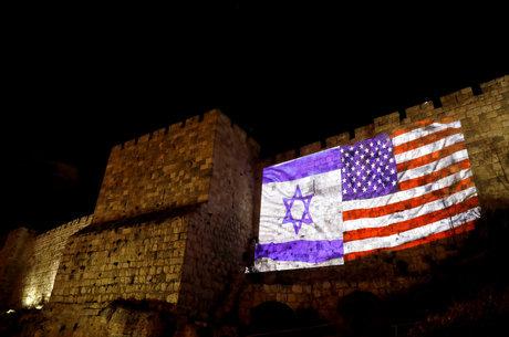 Muro em Jerusalém com as bandeiras de Israel e EUA hoje