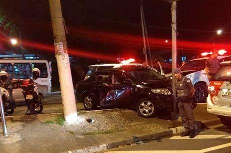 Suspeitos bateram carro após perseguição policial