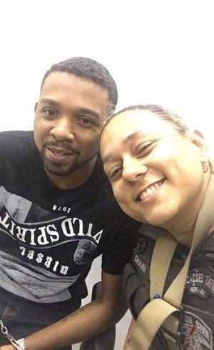 Rogério 157 apareceu sorrindo ao lado de uma policial em selfie