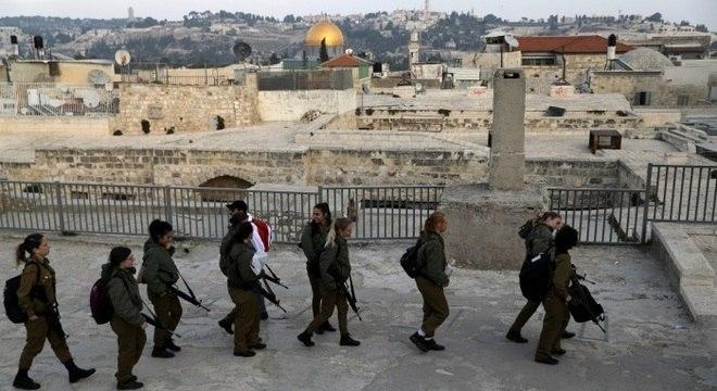 Grupo de soldados israelenses patrulham a cidade velha de Jerusalém