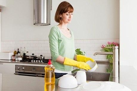 Limpeza da casa normalmente fica com as mulheres