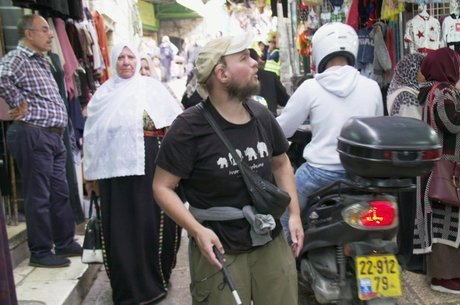 Giles passeia sozinho por mercado de Jerusalém