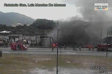 Terreno abandonado pela Renascer de Jacarepaguá pega fogo