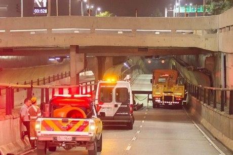 Ônibus derrubou viga e interditou túnel na capital