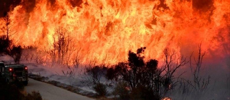 Baixa umidade, ventos fortes e altas temperaturas contribuem para a propagação das chamas