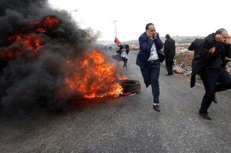 Advogados palestinos se protegem durante protesto
