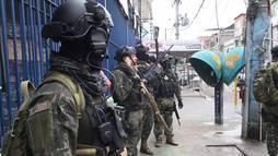 Exército faz operação com 800 homens no Complexo  da Maré, no Rio de Janeiro ()