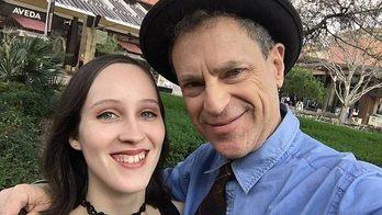Garota namora homem 43 anos mais velho: 'Acham que sou a filha' (Reprodução/Daily Mail)