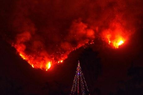 Incêndio destruiu 701 casas e deslocou mais de 94 mil pessoas