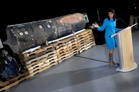 Embaixadora Nikky Haley apresenta armas que seriam do Irã