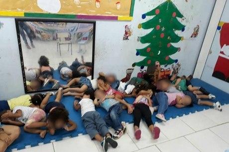 Crianças deitam no chão para se proteger dos tiros na Maré