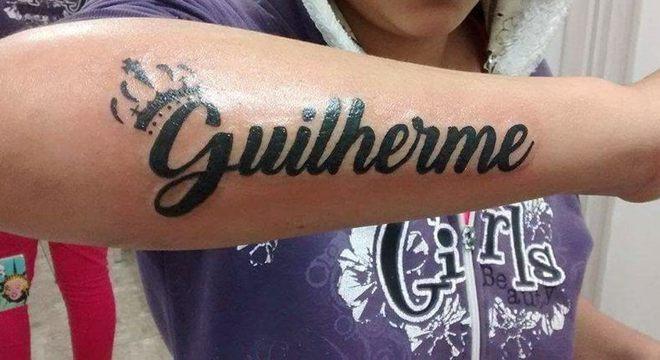 Esposa de Guilherme tatuou nome de jovem no braço