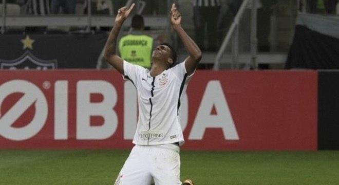 Jô comemora gol pelo Corinthians no Brasileirão 2017