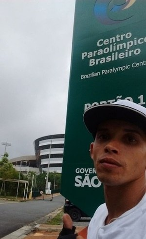 Rafael joga vôlei sentado