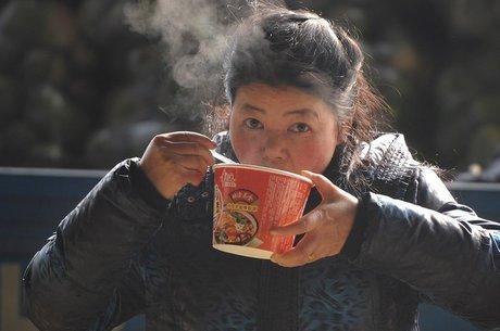 Por ser prático, muitos chineses ainda comem macarrão instantâneo