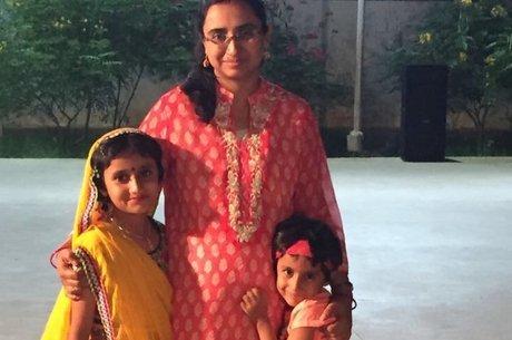 Tanusree Chaudhuri e suas filhas
