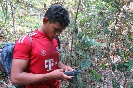Nelison Saw Munduruku usa seu GPS para ajudar na demarcação das terras de Mangabal