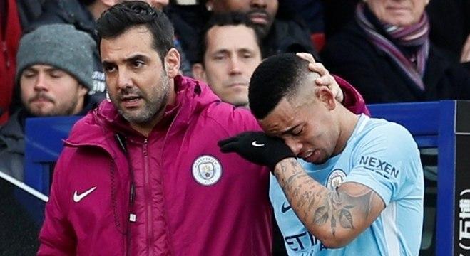 Gabriel Jesus deixa gramado chorando de dor