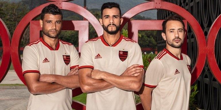 2018 - Na cor branca envelhecida, a camisa contou com o retorno do escudo inteiro, em vez de usar apenas o CRF.