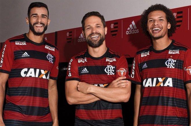 2018 - No ano seguinte, a Adidas resgatou o modelo rubro-negro com listras mais finas e com a novidade de grafismos em tonalidades de vermelho e preto mais claros
