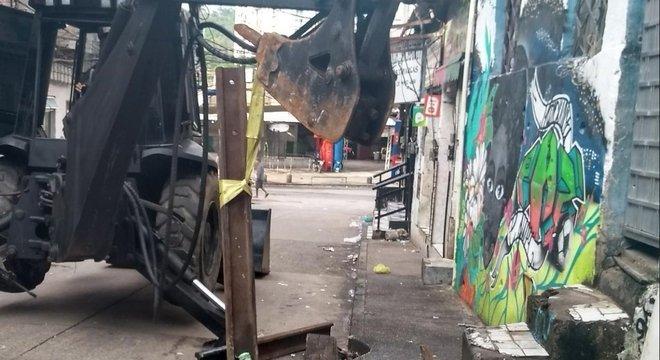 Trator do Bope auxiliou na retirada de barricadas durante a operação de ontem (9)