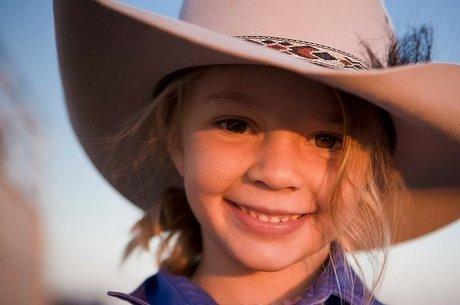 Ammy 'Dolly' Everett ficou famosa ao estrelar comercial do chapéu Akubra aos 8 anos