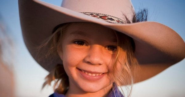 Suicídio de garota-propaganda mirim após bullying choca Austrália