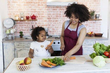Permitir que a criança conheça e brinque com verduras e legumes é importante para vencer a aversão a esses alimentos Intensidade