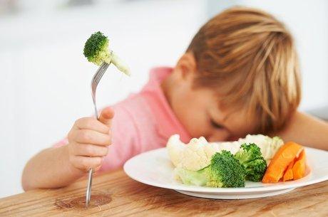 Resistência a alimentos novos durante os primeiros anos da infância tem raízes genéticas, sociais e até evolutivas